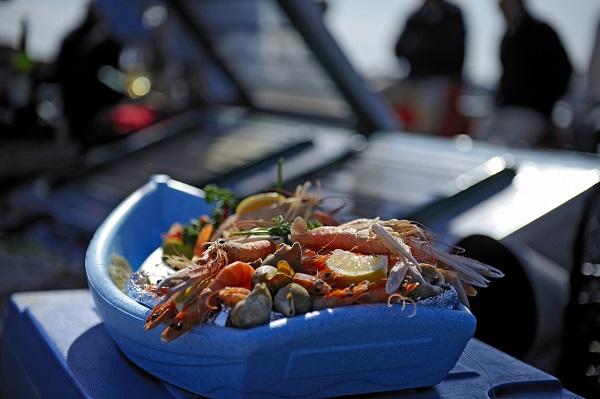 Sur le bateau la nebuleuse, un plateau de fruits de mer vous attends